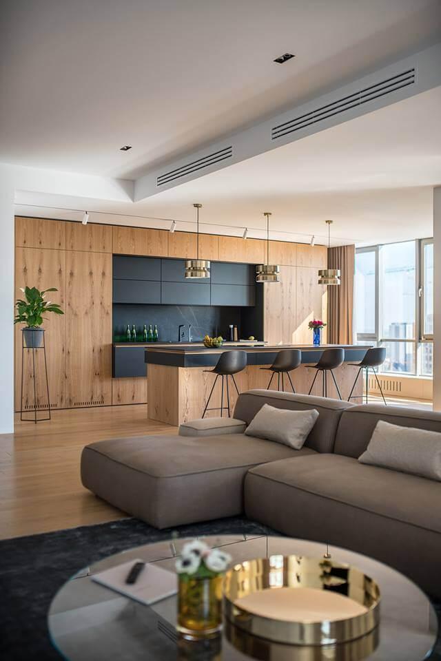 В квартире практически отсутствуют декоративные элементы. Уют и завершенность образа создана благодаря удачно выбранной мебели и фактурам дерева в сочетании с текстилем