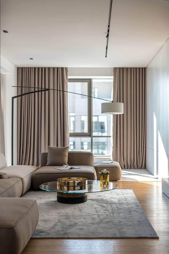 Идеально подобранные осветительные приборы собирают пространство гостиной в единое целое, поддерживая выбранную стилистику оформления