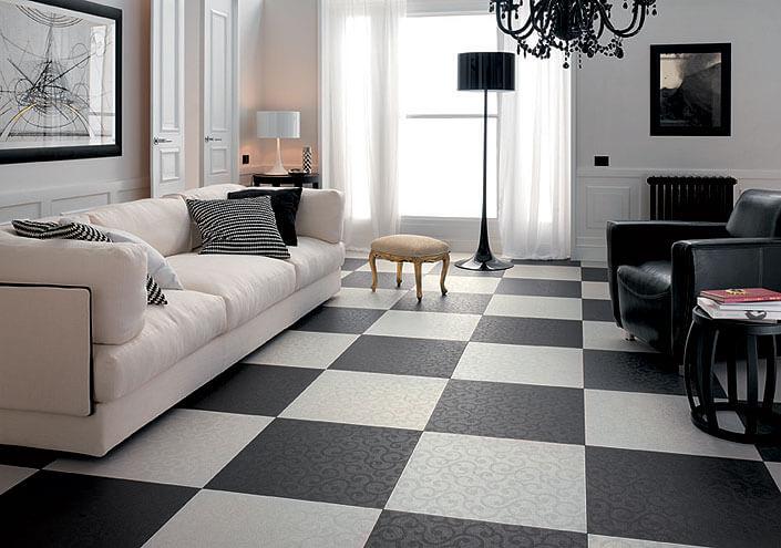 Черно-белая плитка на полу завораживает взгляд и создает ощущение роскошногозамка