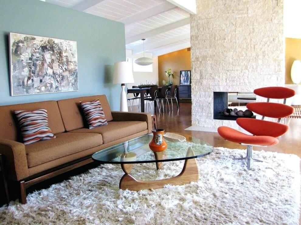 Панно с абстракным рисунком, яркие диванные подушки и вазы для цветов – оптимальные базовые предметы декора в стиле баухаус