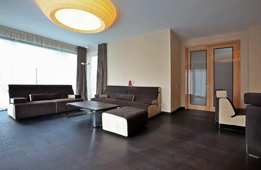 Мебель без подлокотников со встроенными модулями в выдержанном духе спокойного минимализма – отличительная черта стиля баухаус
