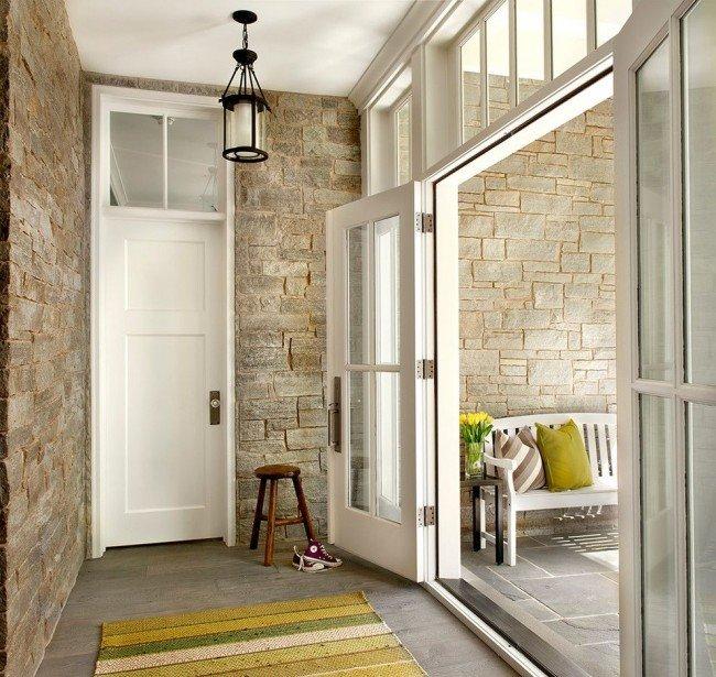 Белые двери и каменная стена