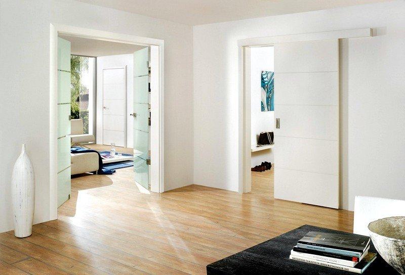 Белая дверь из трех частей