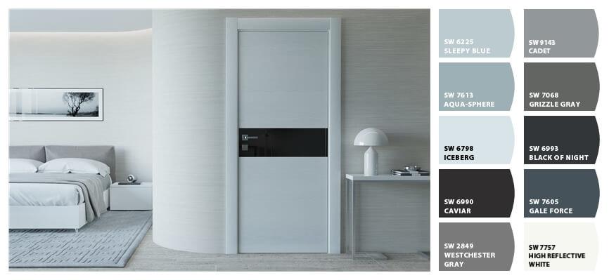 Фото белых дверей с черным стеклом в светлом интерьере