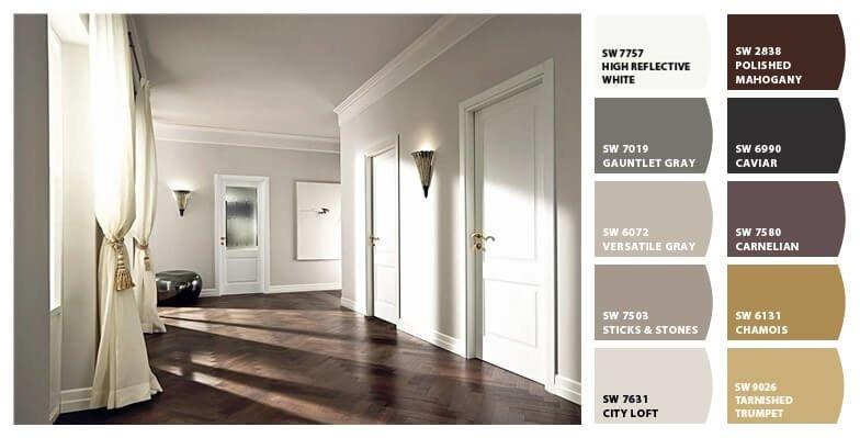 Большой холл где белые двери и темный деревянный пол