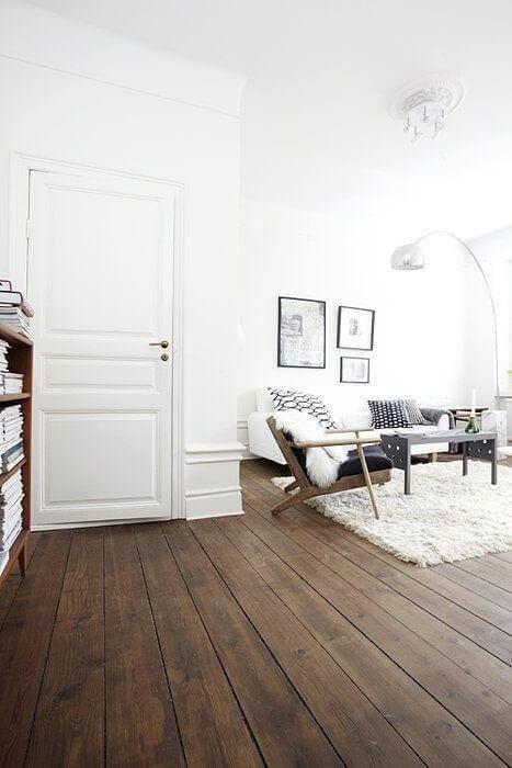 Фактурный, коричневый деревянный пол с классическими дверьми