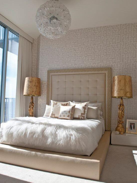 Если вы хотите разбавить бежевый интерьер спальни контрастными деталями, то лучше всего это сделать с помощью золотых элементов