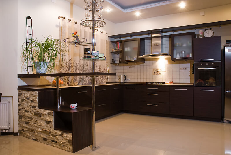 Сочетание бежевого с темно-коричневым деревом приятно глазу, да и к тому же цвета очень удобны для кухни за счет их устойчивости к загрязнениям