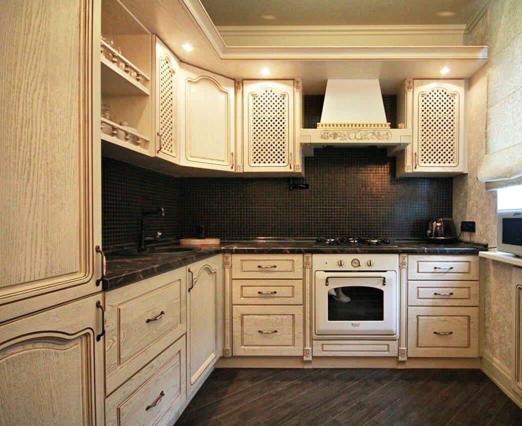 Темный фартук на бежевой кухне добавит глубины и визуально расширит пространство