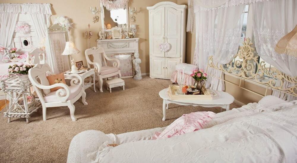 Теплый бежевый тон комнаты в стиле шебби-шик создает романтичную атмосферу и является отличной основой для белой мебели и предметов декора