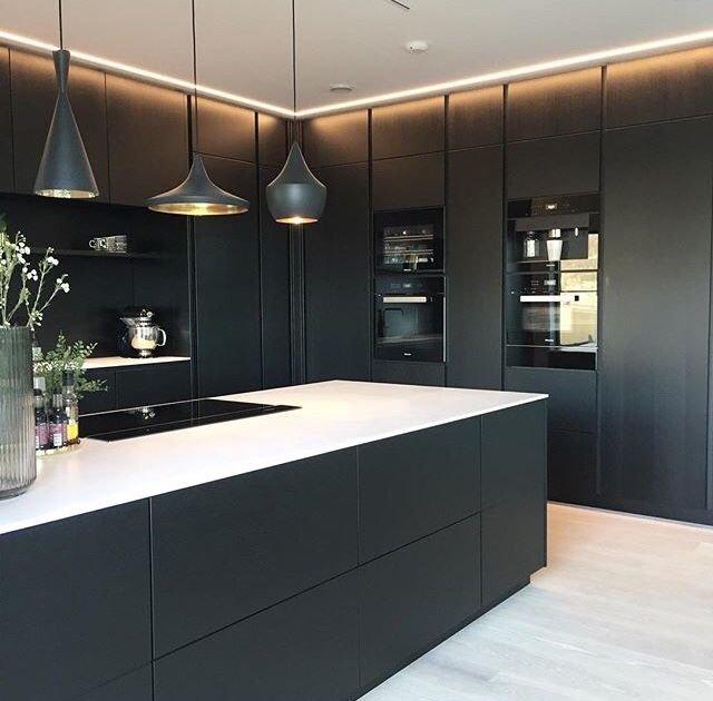 Раскройте черный цвет на вашей кухне – добавьте светлую посуду, дерево и металл, чтобы изысканно оттенить стильный темный кухонный гарнитур.