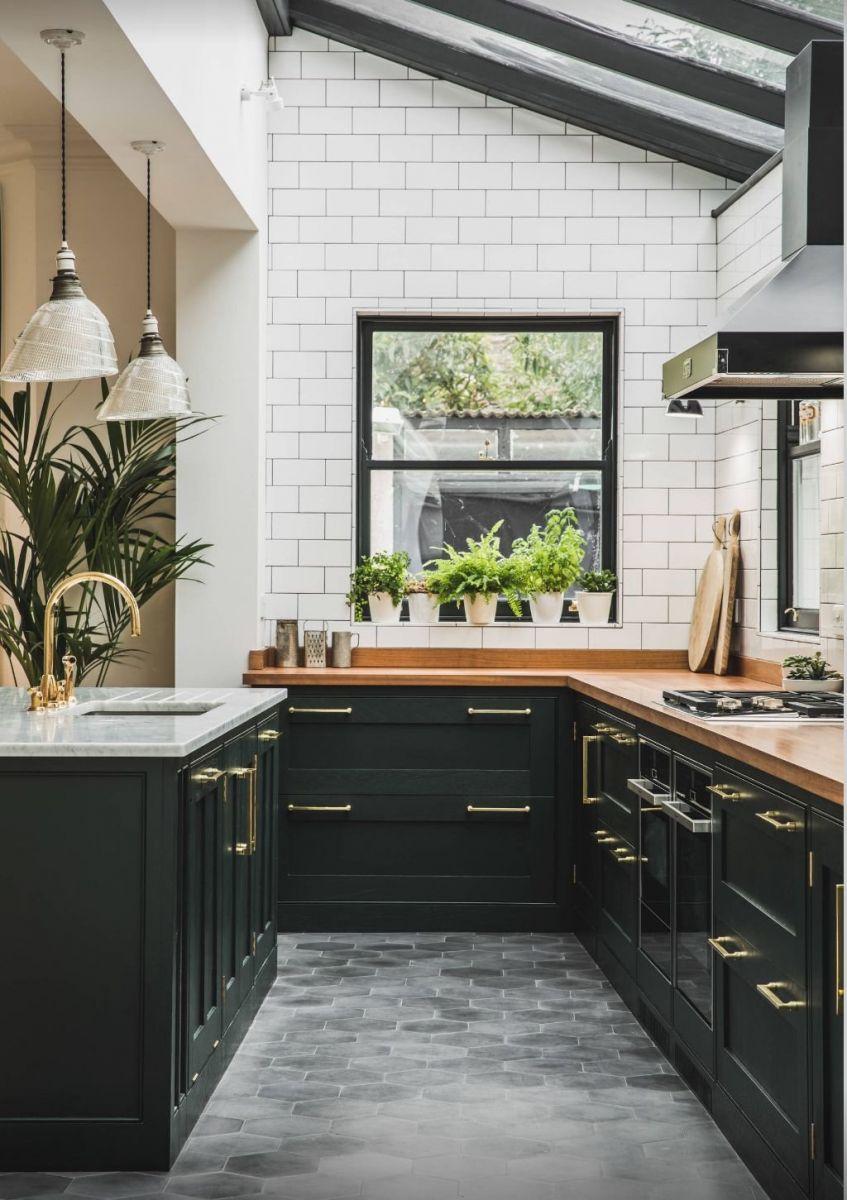 Встроенный свет над глянцевыми шторами создает эффект металлической блестящей поверхности, тем самым не сужая, а даже наоборот – расширяя пространство кухни