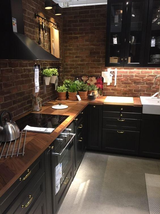 Золотая подсветка шкафчиков озорными бликами отражает красоту металлической посуды и визуально расширяет небольшое пространство кухни.