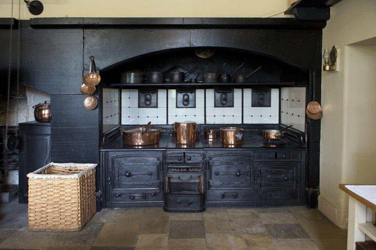 Сочетание меди с черным цветом придает классической кухне сказочный дух винтажной эпохи.