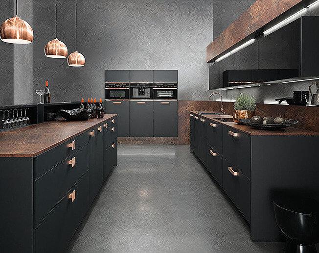 Строгость линий и сочетание металлического блеска с идеальной матовостью черного цвета создают на кухне модный и минималистичный урбанистический стиль.