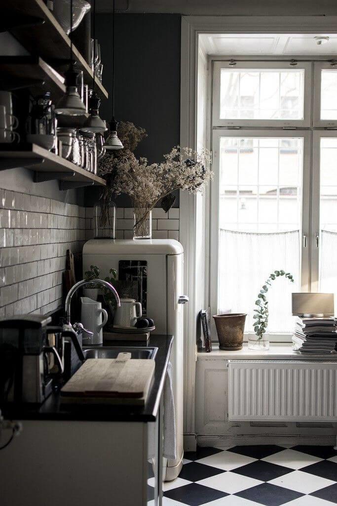 Если вы решили оформить кухню в духе сказочной Скандинавии, не думайте, что черный – табу для этого стиля.
