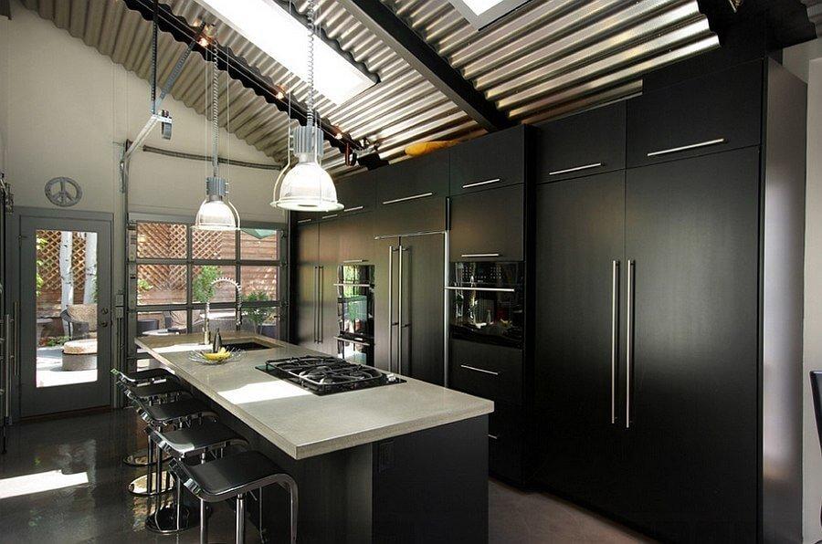 Металлические поверхности и грубоватый декор урбанистического стиля великолепно сочетаются с матовым черным кухонным гарнитуром.