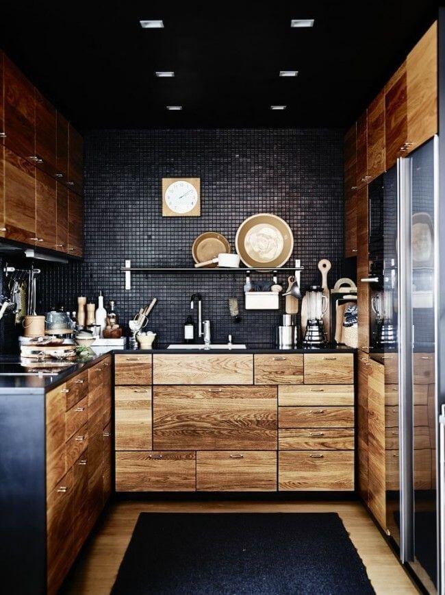 Акцент на кухне в стиле лофт делается на глянцевую мелкую плитку, заменяющую классическую кирпичную стену – так сохраняется концепция стиля и одновременно добавляется уникальная изюминка.