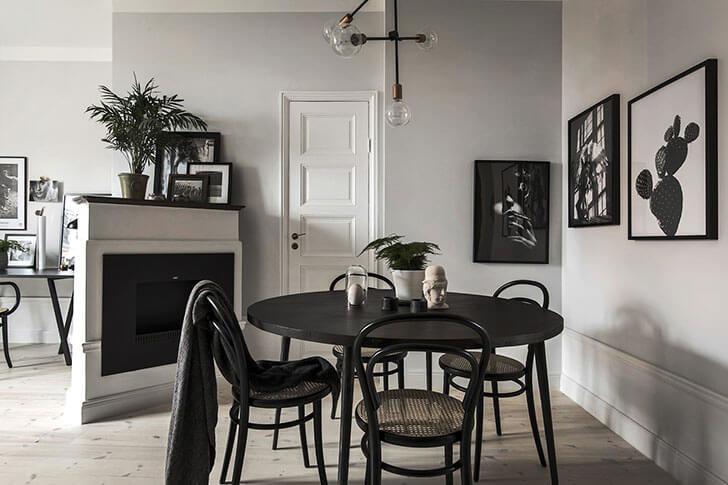 На небольшой кухне отличным выбором станет черный матовый комплект из обеденного стола со стульями – элегантно и функционально.