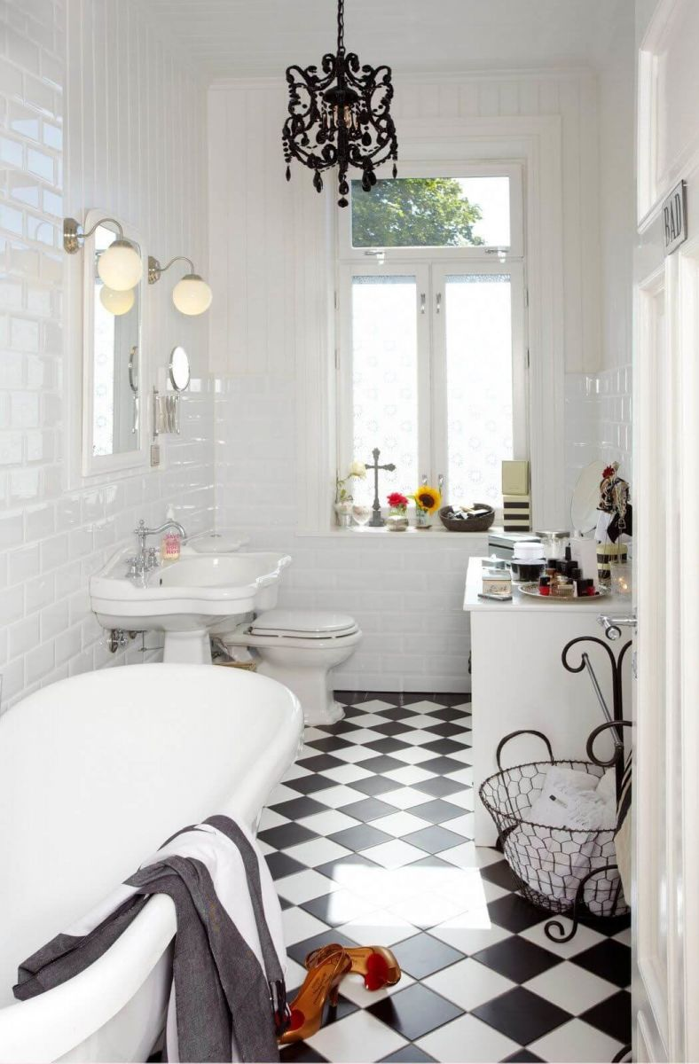Черная люстра из матового металла позволит создать изысканный дизайн ванной комнаты.