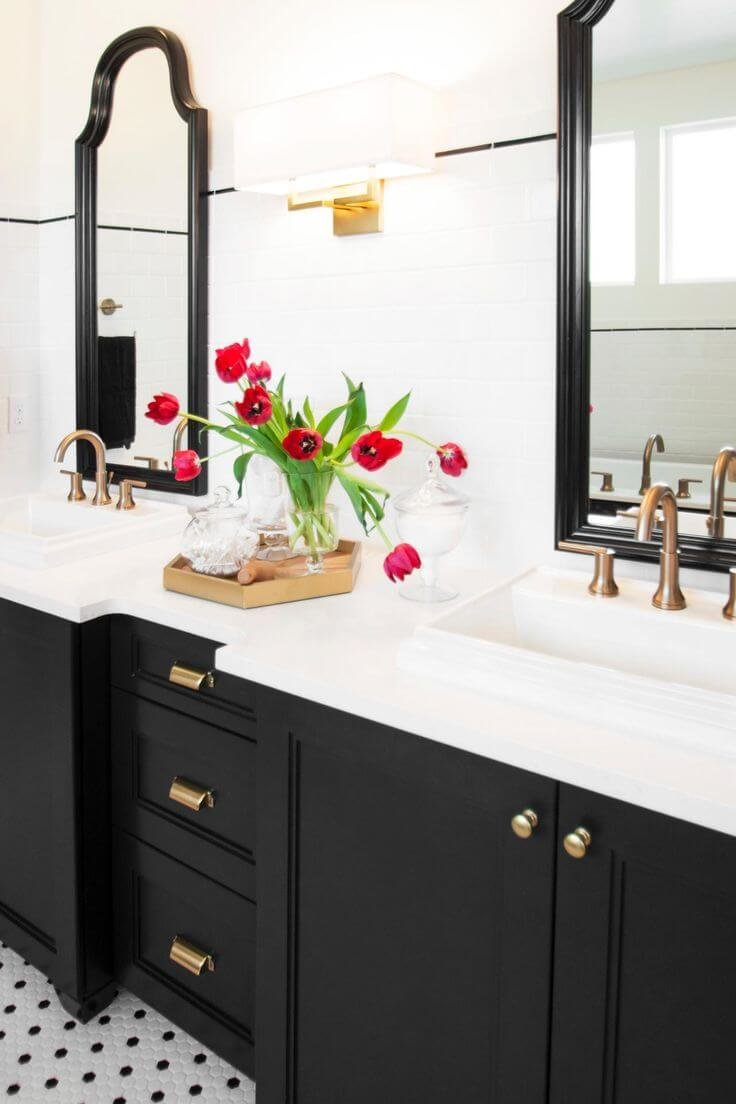 Классический дизайн черно-белой ванной комнаты никогда не выйдет из моды, если вы хотите добавить цвета, найдите место для выразительной цветочной композиции.