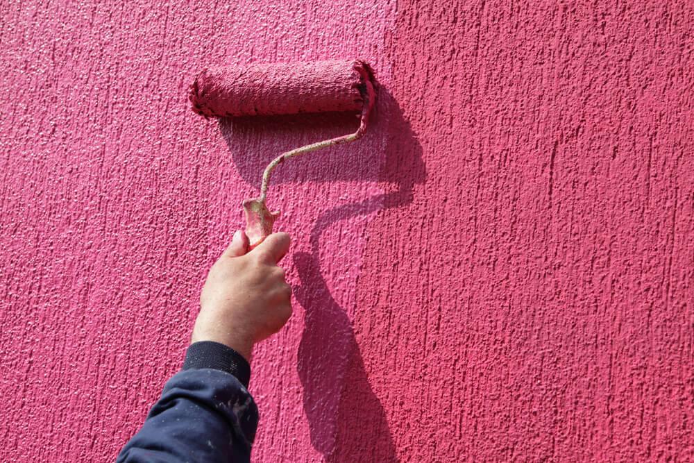Декоративная краска одинаково подходит и для помещений и для улицы.