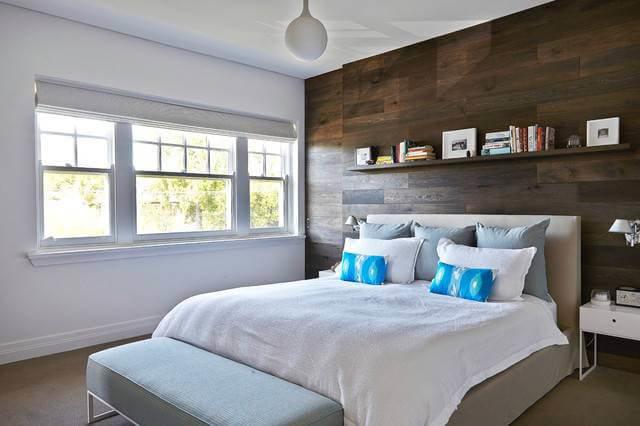 Сочетание гладких, белоснежных стен и обшивк из темного дерева — это инь и янь современного дизайна.