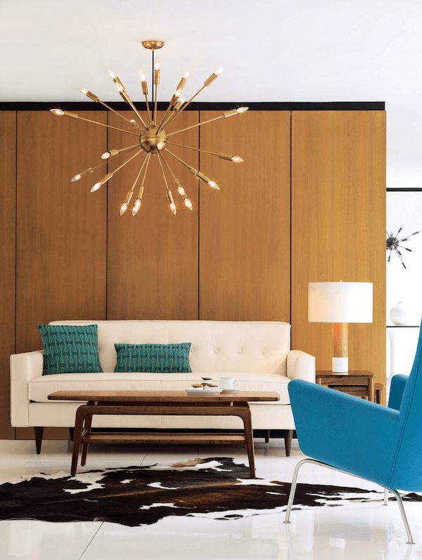 Сочетания люстры необычной формы, широких деревянных панелей — это свежее простнение стилистики 80-тых.