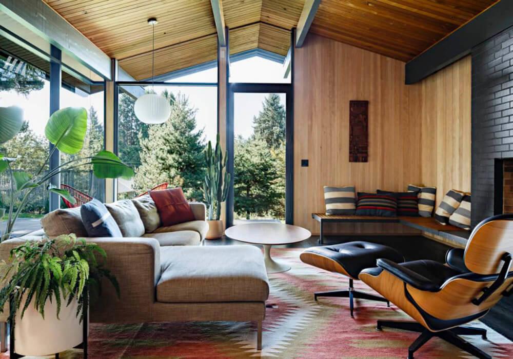 Элегантное сочетание деревянных стен и акцентов с темным кирпичным камином создают безупречный стиль современной классики.