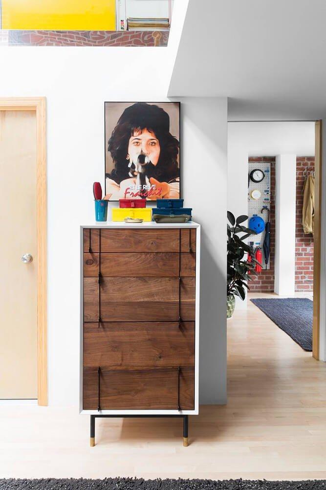 Используйте мебель из деревянных панелей — это отличный вариант тестирования стилистики.
