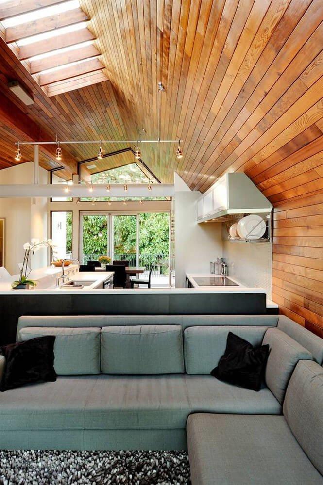 Комбинация деревянных панелей, необычных форм и оттенков создают эффект «мягкого» авангарда.