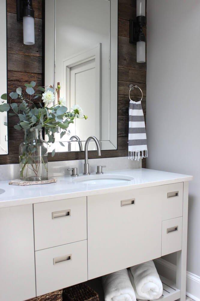 Сочетание серого оттенка и деревянных панелей создают гармоничную и уютную атмосферу.