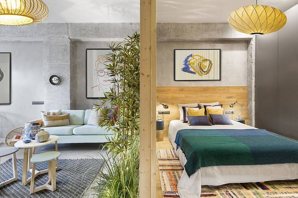 Интерьер спальни продолжает стилистику всех помещений в доме, однако он отличается по колориту. Практически все элементы оформления здесь выполнены из натурального дерева