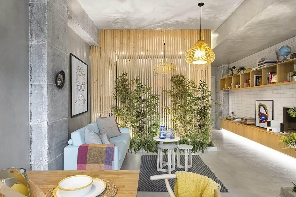 Имея в распоряжении довольно ограниченный бюджет авторам проекта удалось создать уютное и гармоничное пространство, в котором есть все необходимое для комфортной жизни