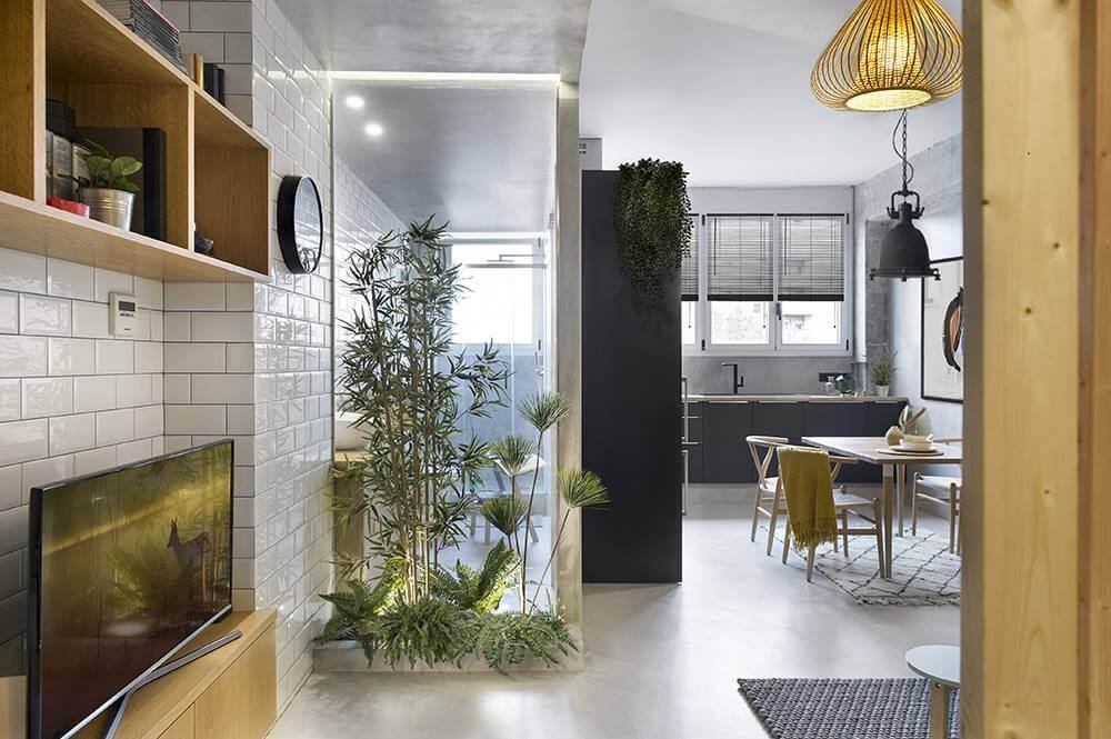 Благодаря живым растениям прозрачная стена санузла скрыта от посторонних глаз