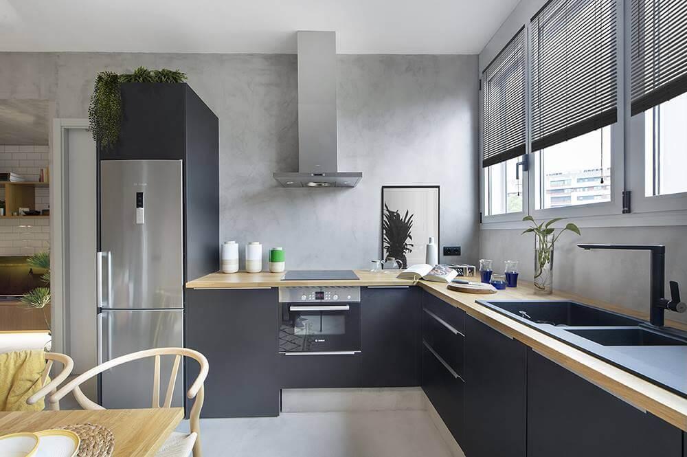 Интерьер кухни выглядит довольно аскетичным, контрастируя с остальными помещениями в доме