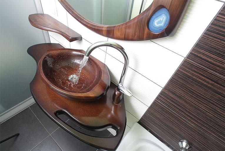 Раковины из дерева и оникса органично вписываются в светлую ванную комнату, даря прохладу и свежесть
