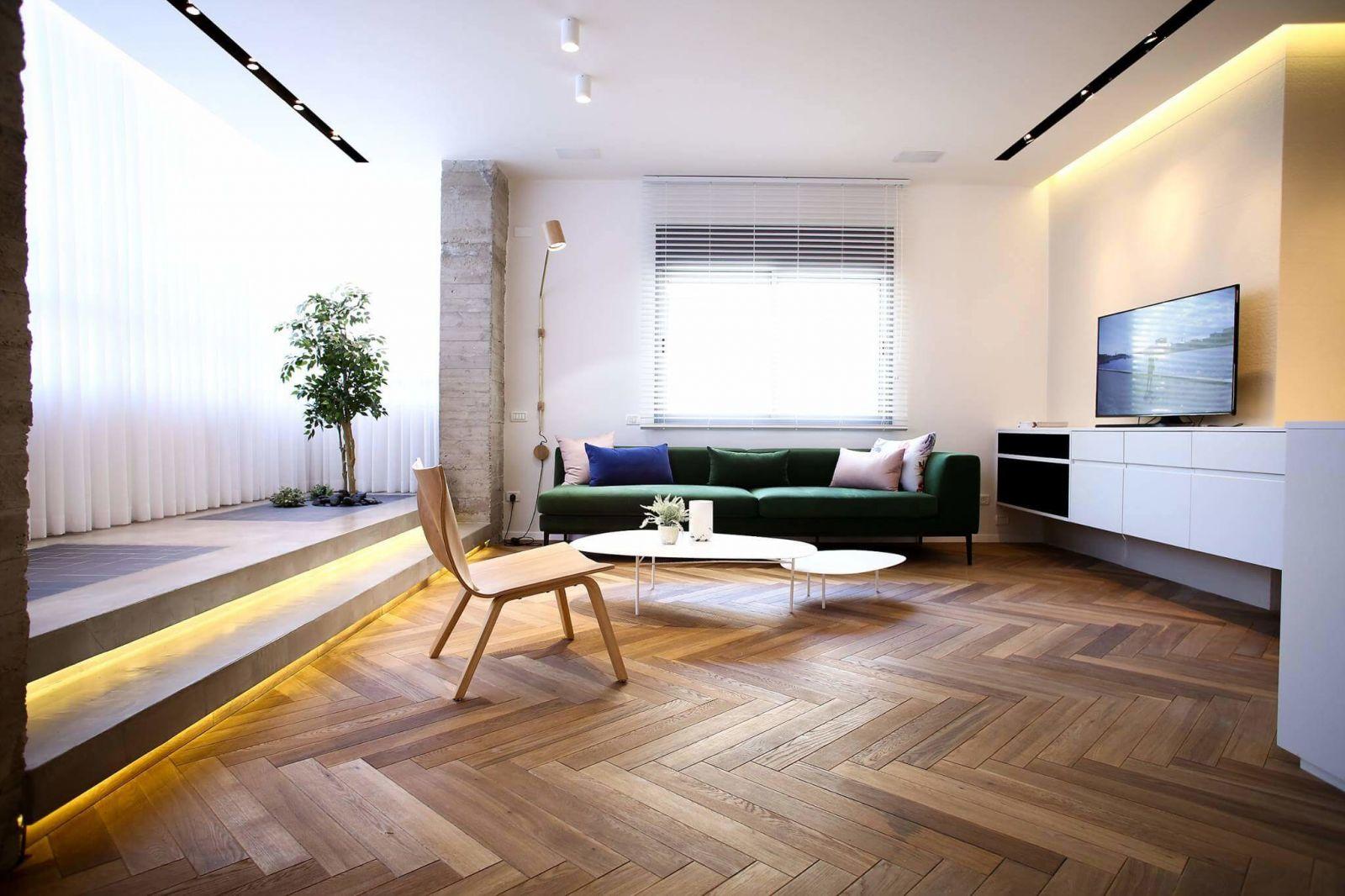 Минимальный набор мебели, и небольшой подиум визуально увеличиваетпространство гостиной