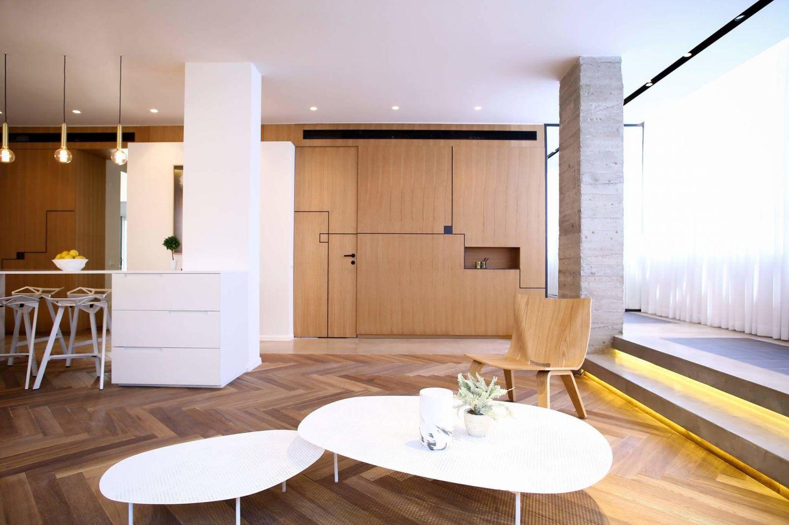 Классический деревянный паркет выложенный традиционным способом в виде«елочки» эффектно контрастирует с современной мебелью, а также геометрическимиэлементами, которые присутствуют в оформлении