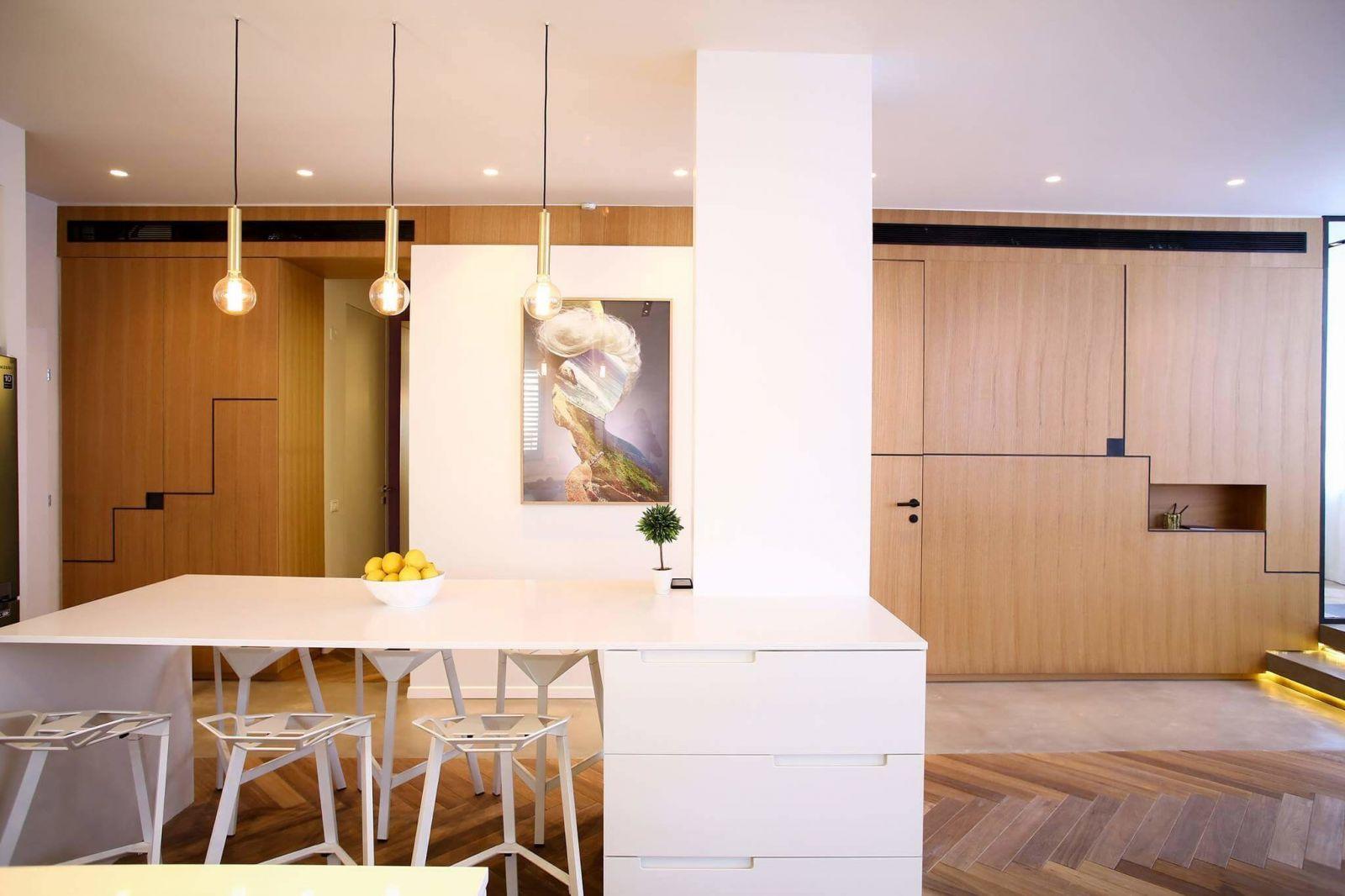 Стол используется не только как место для семейных обедов, но и какдополнительная ниша для хранения.