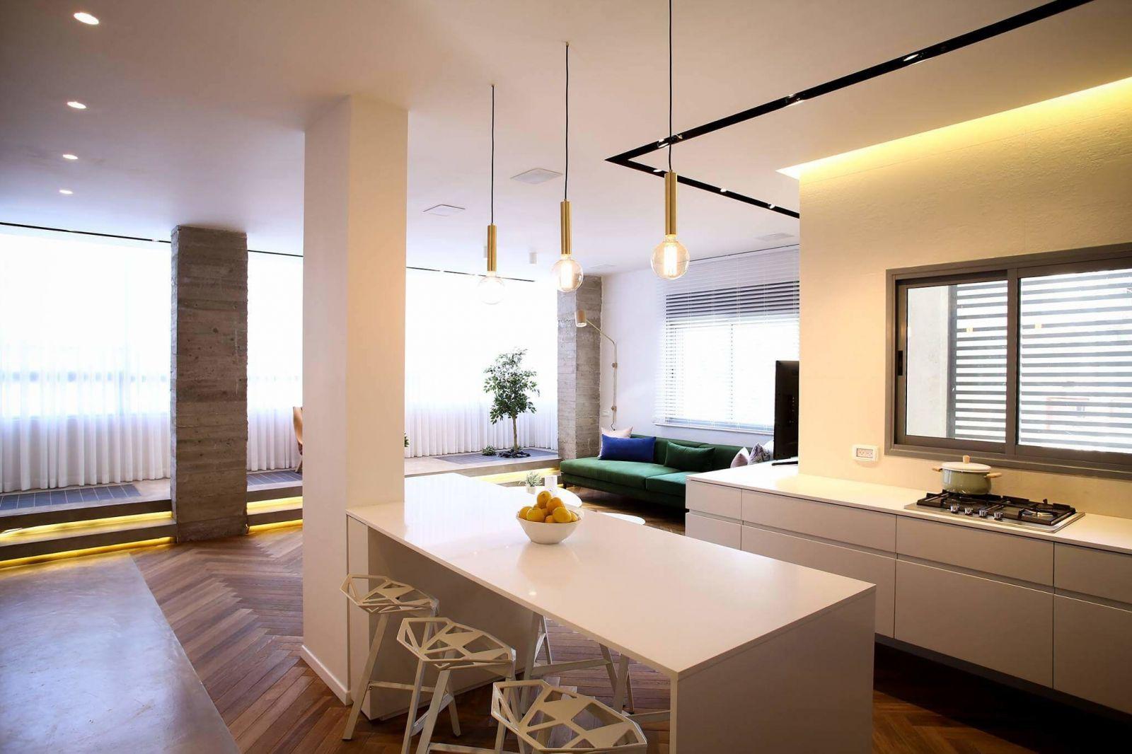 Благодаря мебели и освещению помещение четко разделено на функциональные зоны