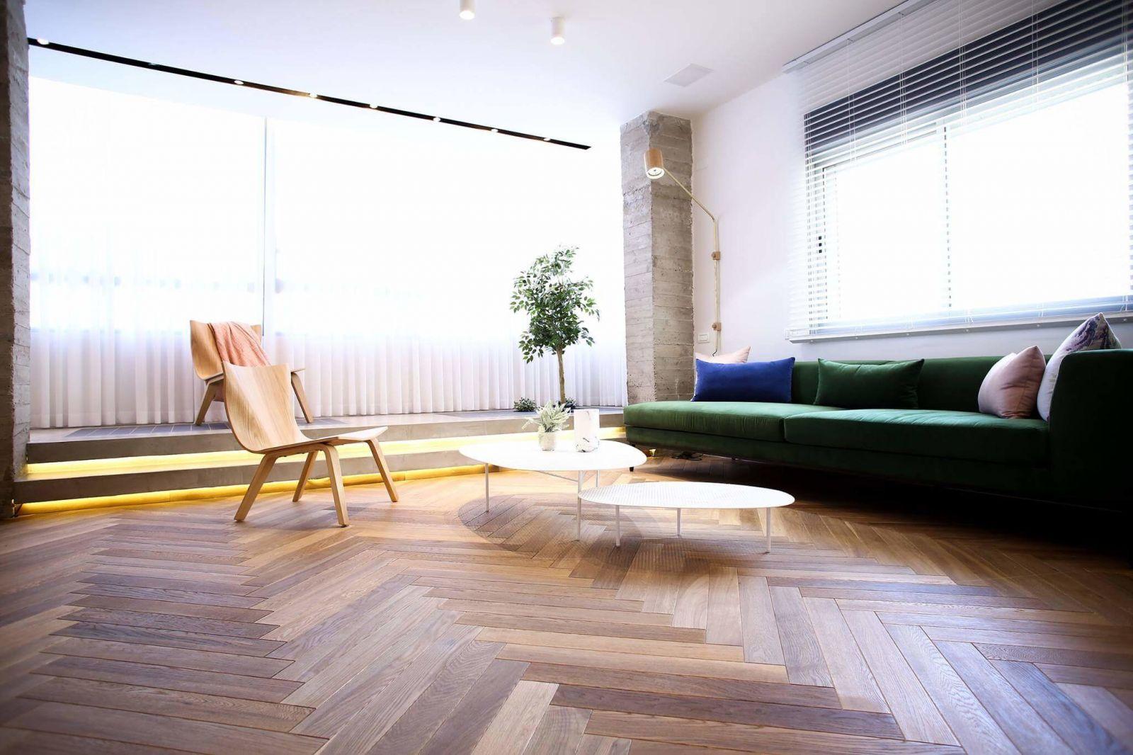 Сдержанность интерьера разбавляют дизайнерские предметы мебели и живыерастения