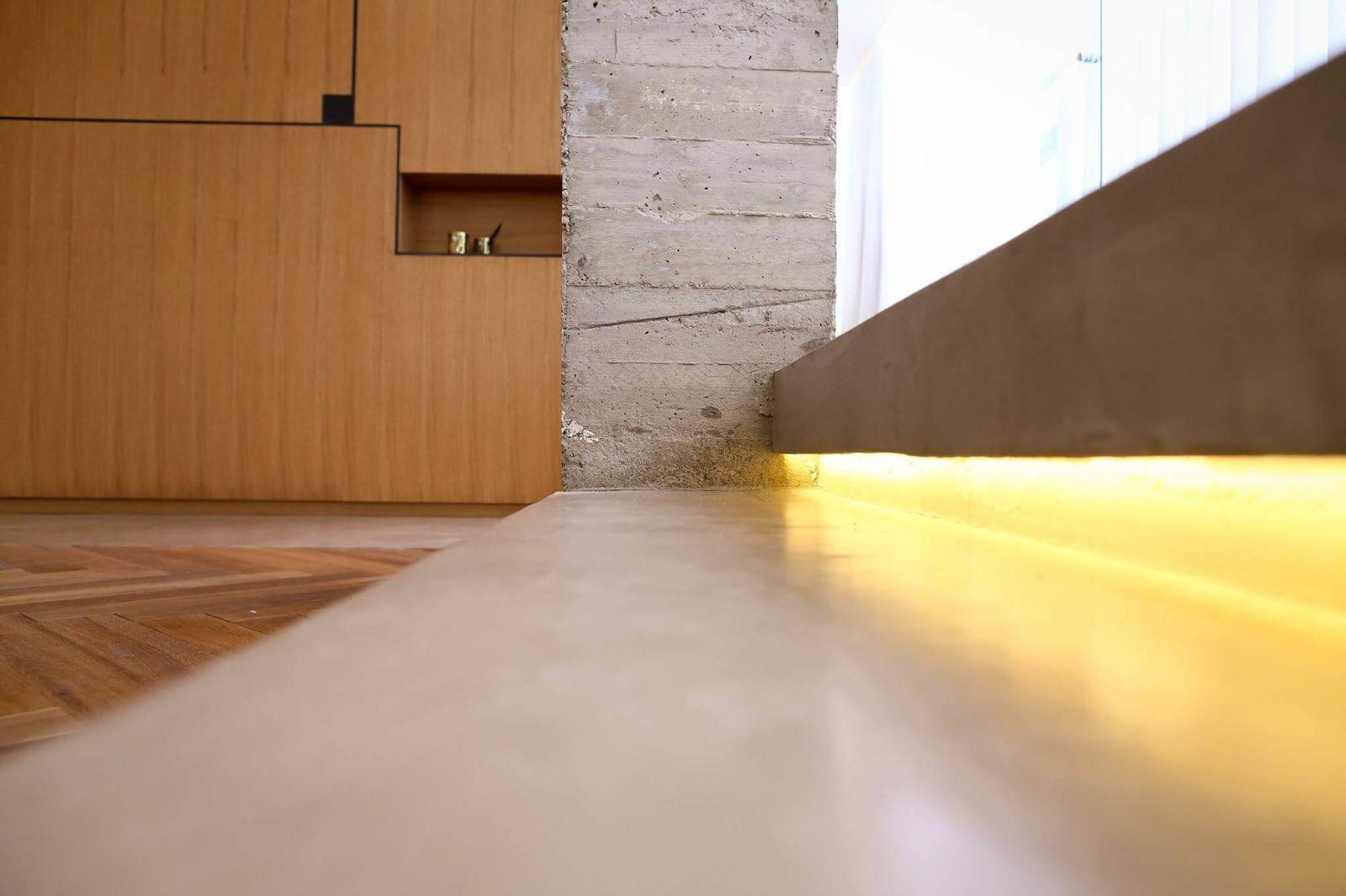 Подобный эффект дублируется в освещении на кухне, дополнительно объединяяэти две зоны гостиной.