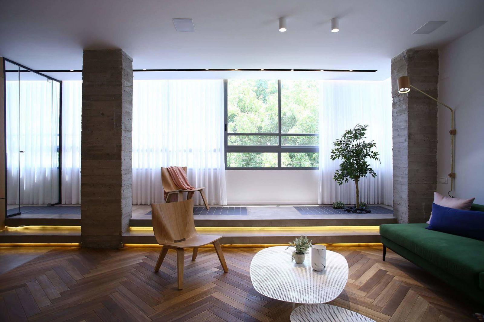 Массивные бетонные колоны прекрасно вписаны в интерьер гостиной, придаютвсему пространству сдержанность и ощущение намеренной аскечности.