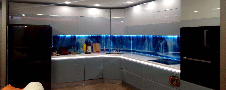 Кухня в спокойных и глубоких цветах с изображениями воды благоприятна по фен шуй