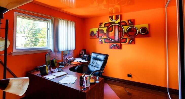 Оранжевые стены в кабинете по фен шуй