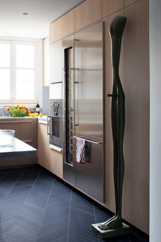 Совершенно в других красках и стилистике решена кухня.
