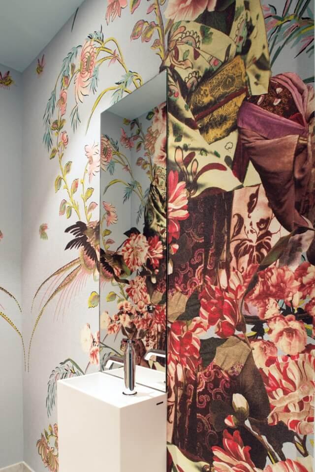 Яркие цветочные мотивы на фоне светлого мрамора выглядят элегантно и игриво, соответствуя стилистике всех остальных помещений