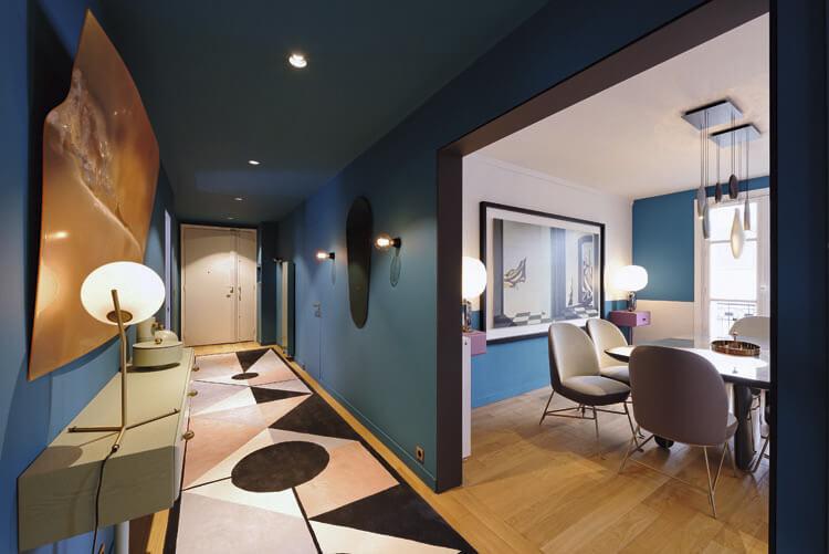 Консоль приглушенного оливкового цвета была разработана автором проекта для его линии мебели Maison Dada