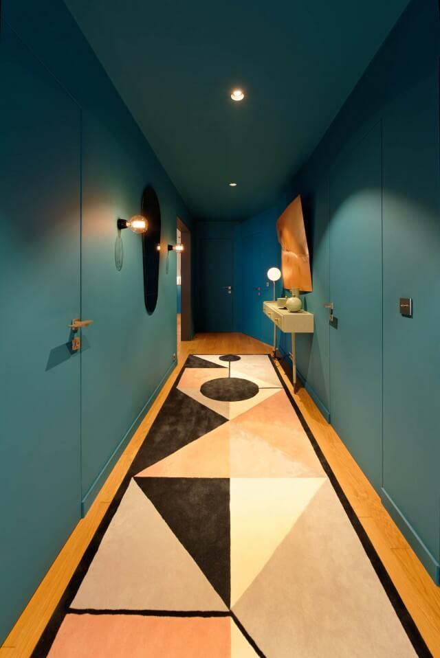 Монохромный ковер в гостиной «успокаивает» восприятие отразнообразия кубических форм, в изобилии присутствующих в гостиной